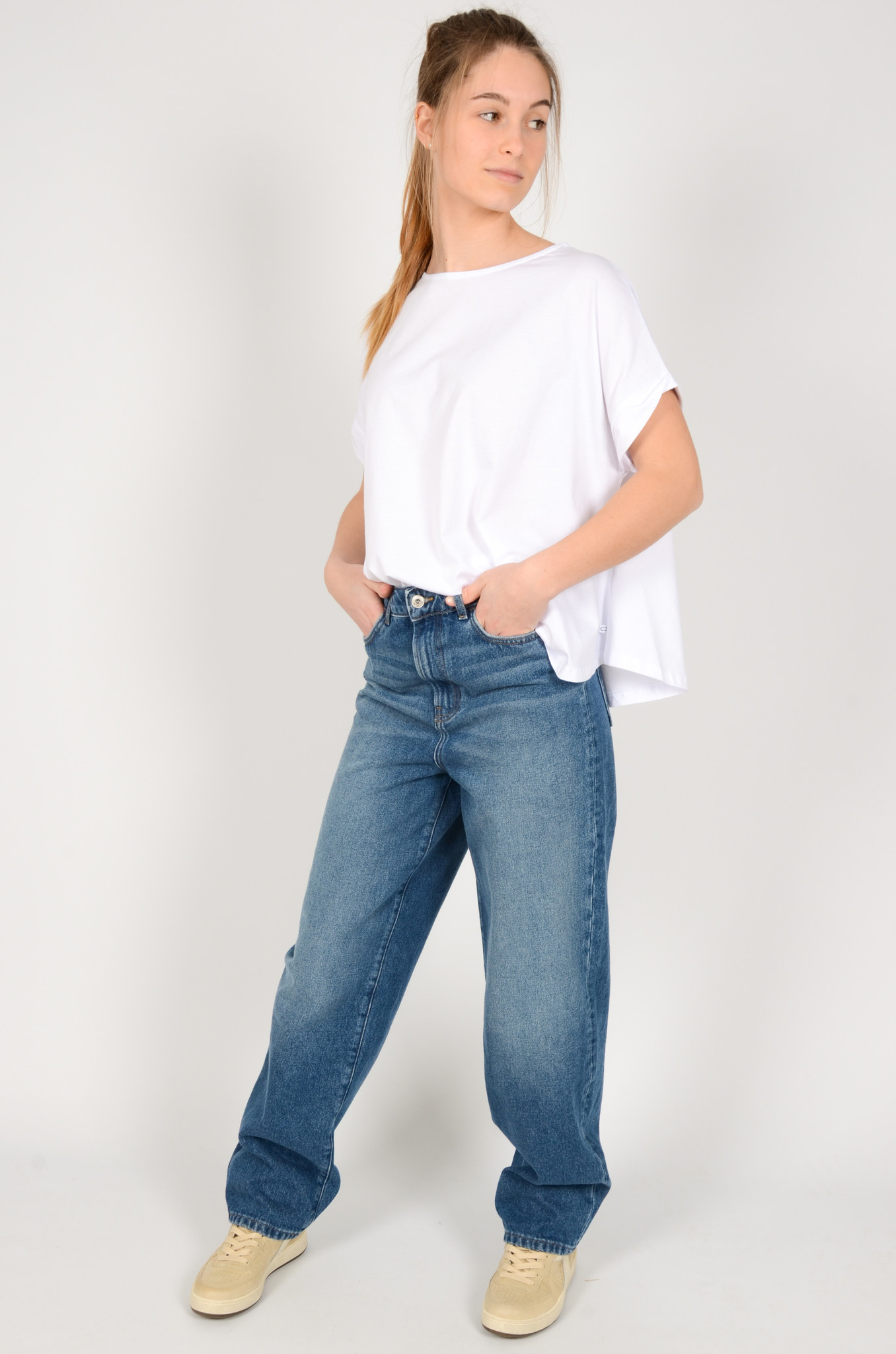 A SHAPE TEE IN WHITE-1