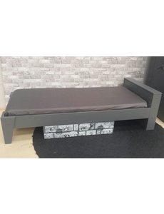 Grijs bed 90 x 200 cm met leuke strip op de lade