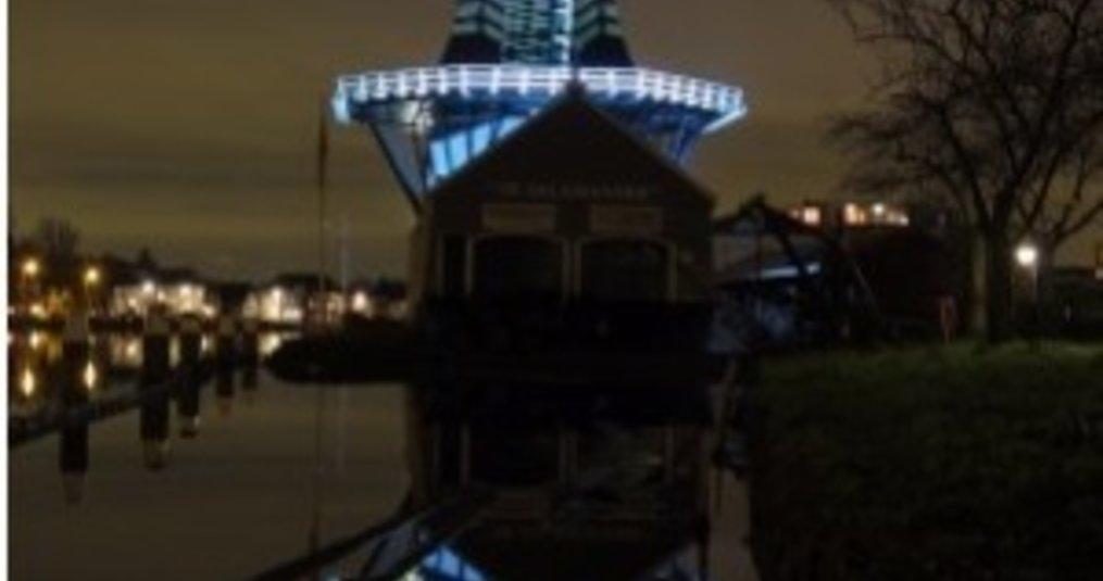 Houtzaagmolen verlicht met 50W LED bouwlampen