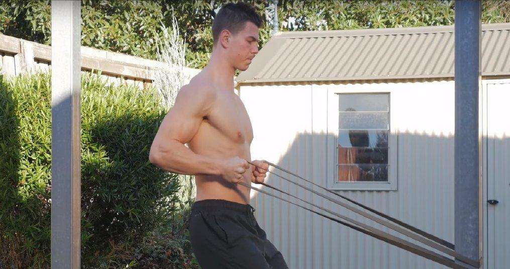 Train borst, rug, en schouders met fitness elastiek