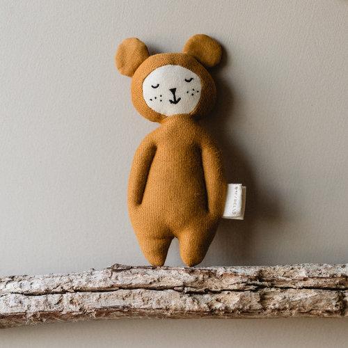 Fabelab Fabelab | Zachte knuffel rammelaar | Oker beer