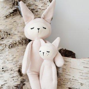 Fabelab Fabelab | Zachte knuffel rammelaar | Roze konijn