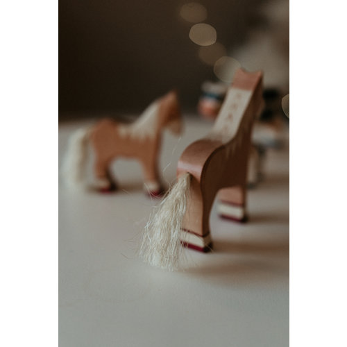 Holztiger Holztiger | Paard staand, lichtbruin