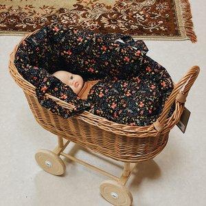 Hollie Hollie | Rotan poppenwagen met uitneembaar poppenmandje | Black Flowers