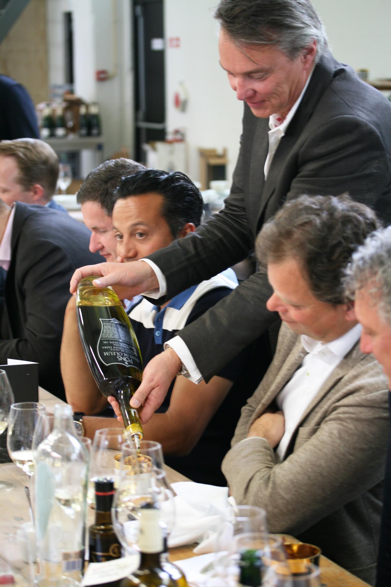 Nico van Donkelaar schenkt olijfolie