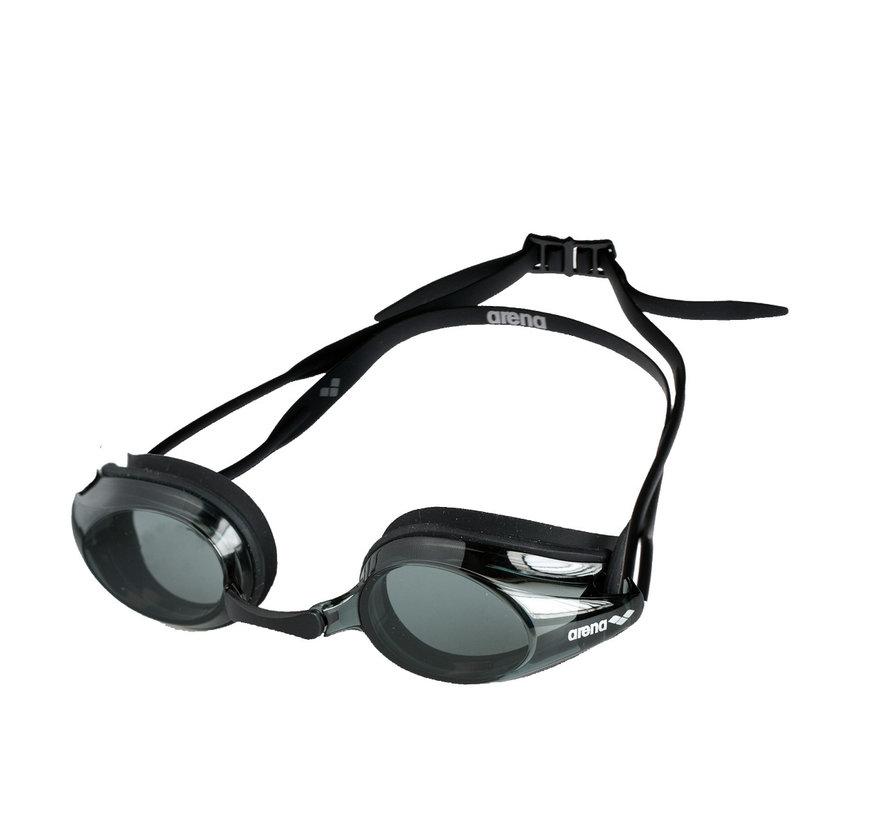 Arena Tiene gli occhialini da nuoto