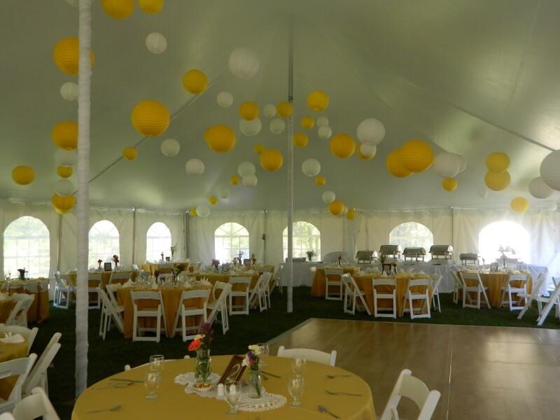 gele lampionnen als bruiloft versiering