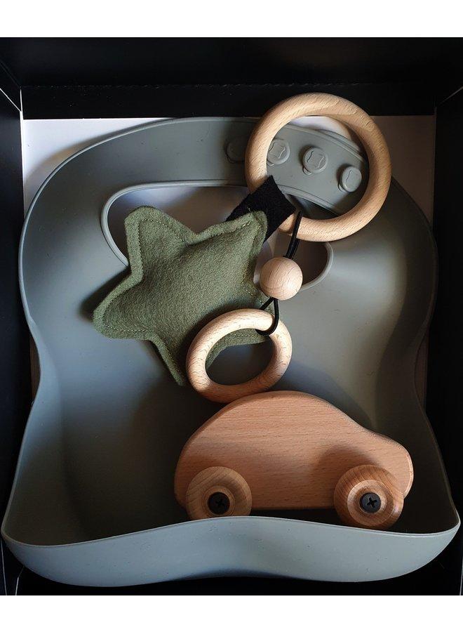 Cadeau:  Slab groen, auto en rammelaar in doosje