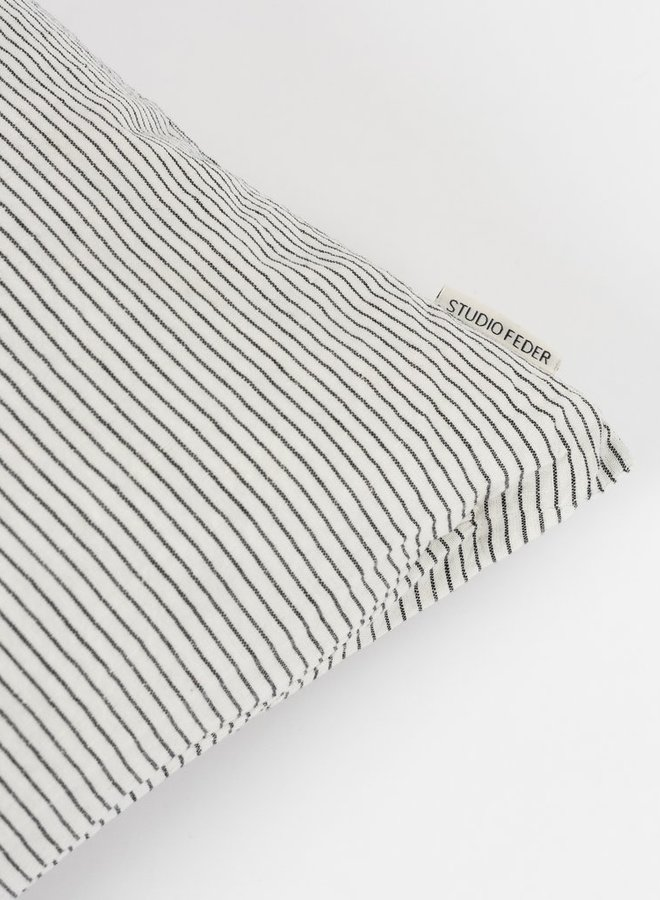 Studio Feder kussen black pin 50x50