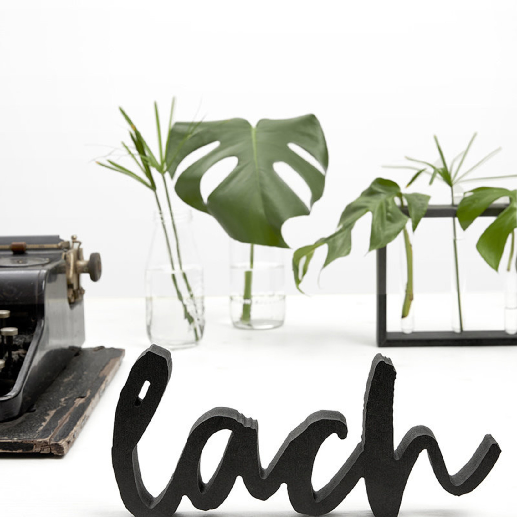 Letters zwart hout 'Lach' Zoedt