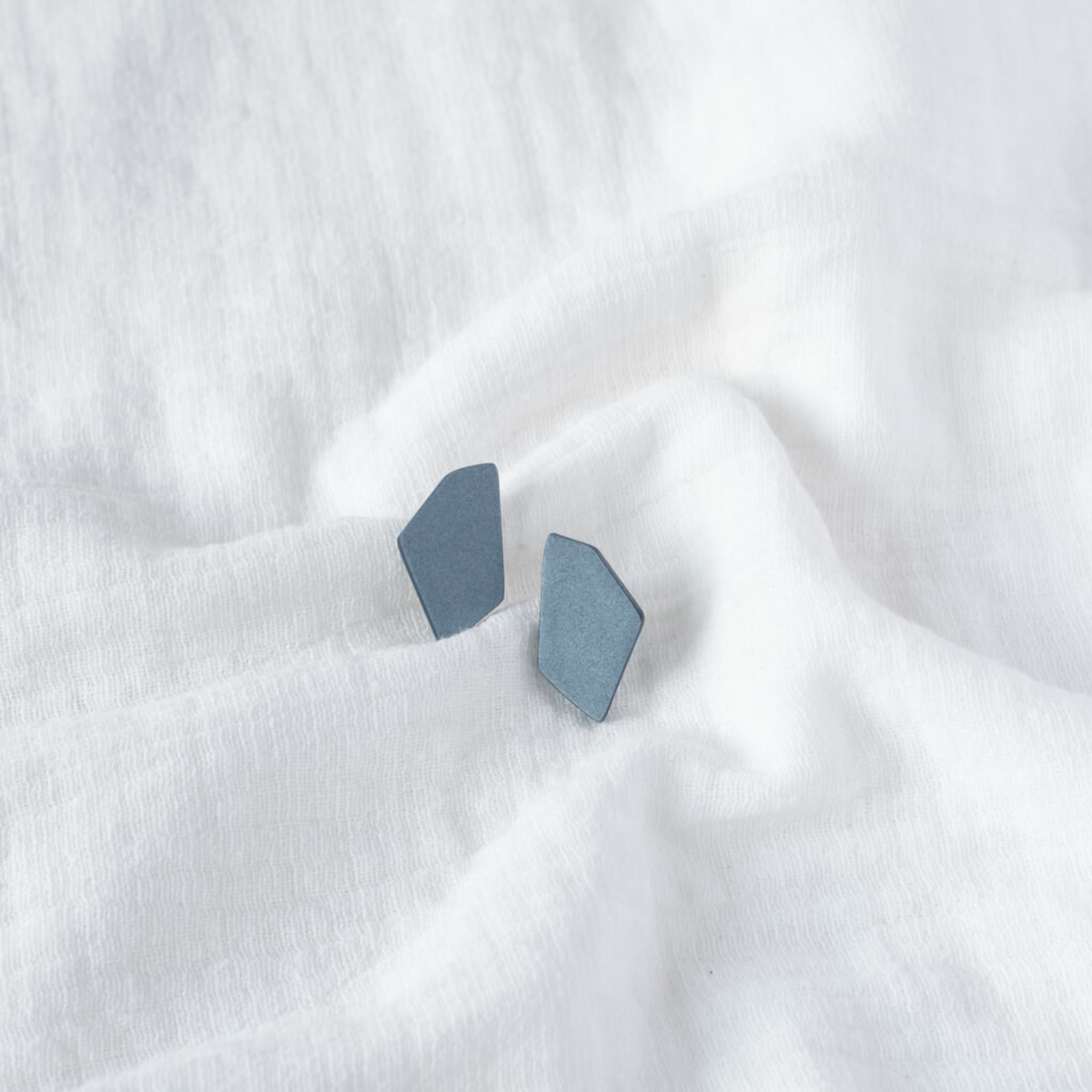 Tinted essentials Hooked stud mini shiny blue