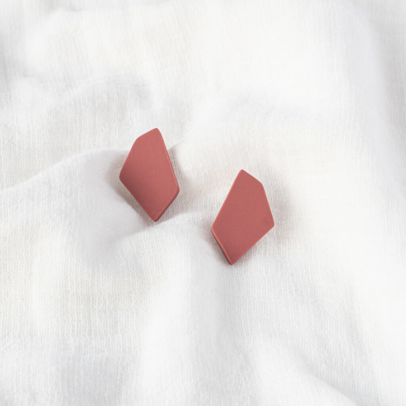 Tinted essentials Hooked stud mini framboos