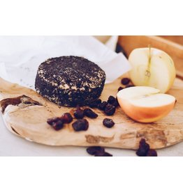 LA CARLETA Veganer halbreifer Cashew-Käse mit Apfel-, Heidelbeer- und Mohnsamen