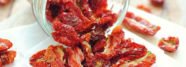 zongedroogde tomaten uit een droogoven