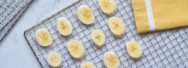 bananen op een droogrek van een droogoven