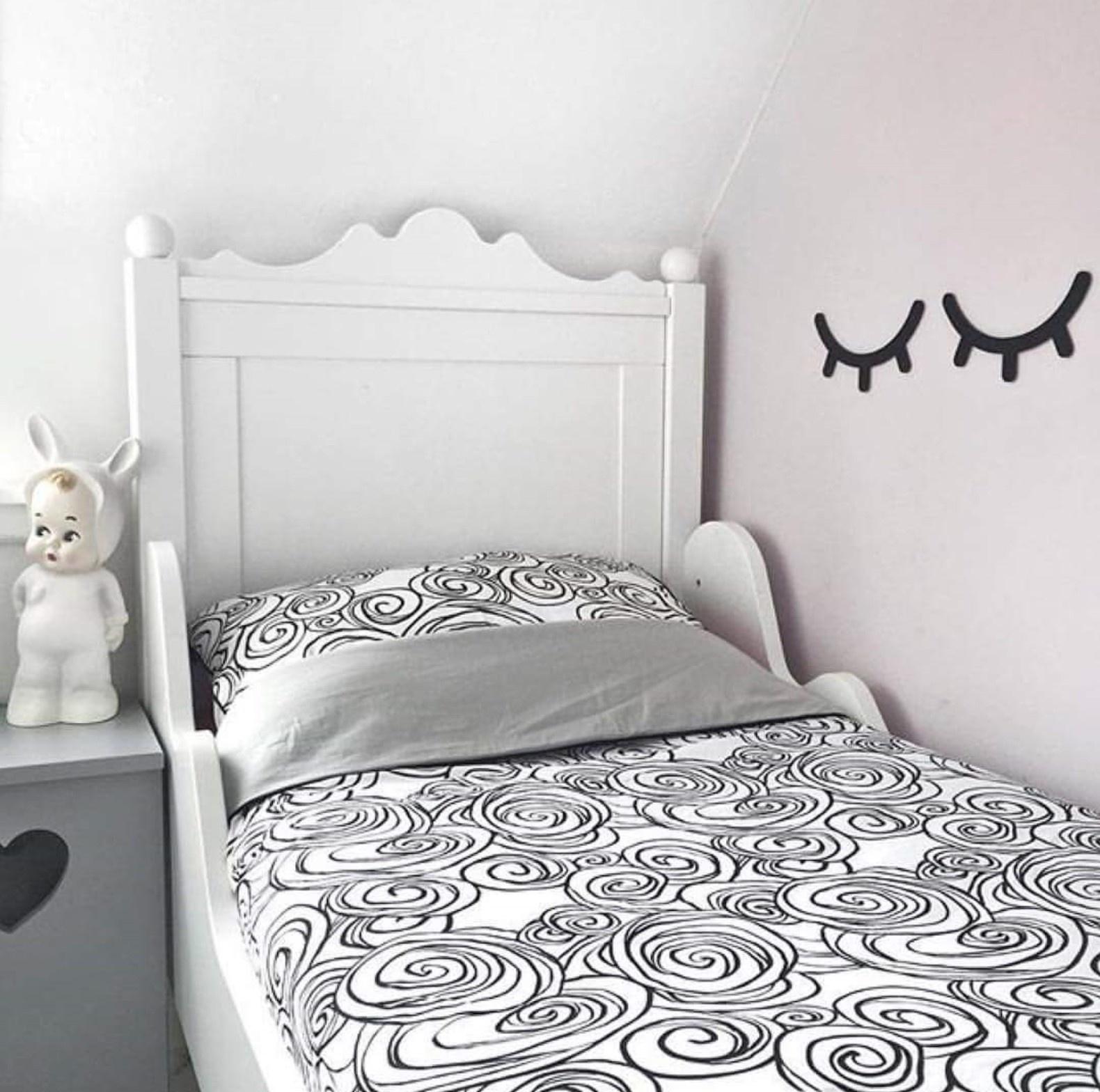 Nooit meer koude voetjes 's nachts! Zelfs de meest onrustige slapertjes kunnen het Tuck-Inn® dekbedovertrek niet lostrappen! In een hippe zwartwitte print.