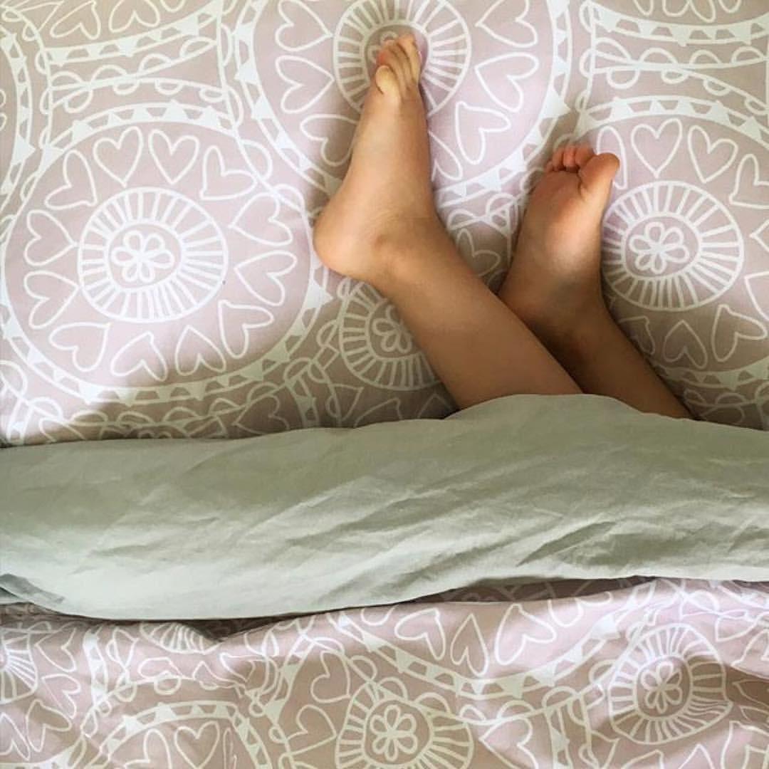 Nooit meer koude voetjes 's nachts! Zelfs de meest onrustige slapertjes kunnen het Tuck-Inn® dekbedovertrek niet lostrappen! In een hippe oudroze print.