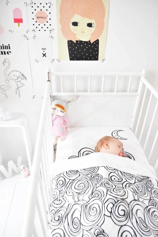 Om je kindje veilig te laten slapen, is het belangrijk dat je zijn/haar bedje goed opmaakt. Lees hier hoe je in 8 stappen een babybedje veilig (en makkelijk) opmaakt.