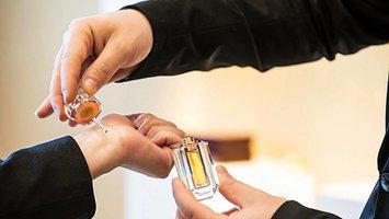Wie benutzt man konzentriertes Parfümöl?