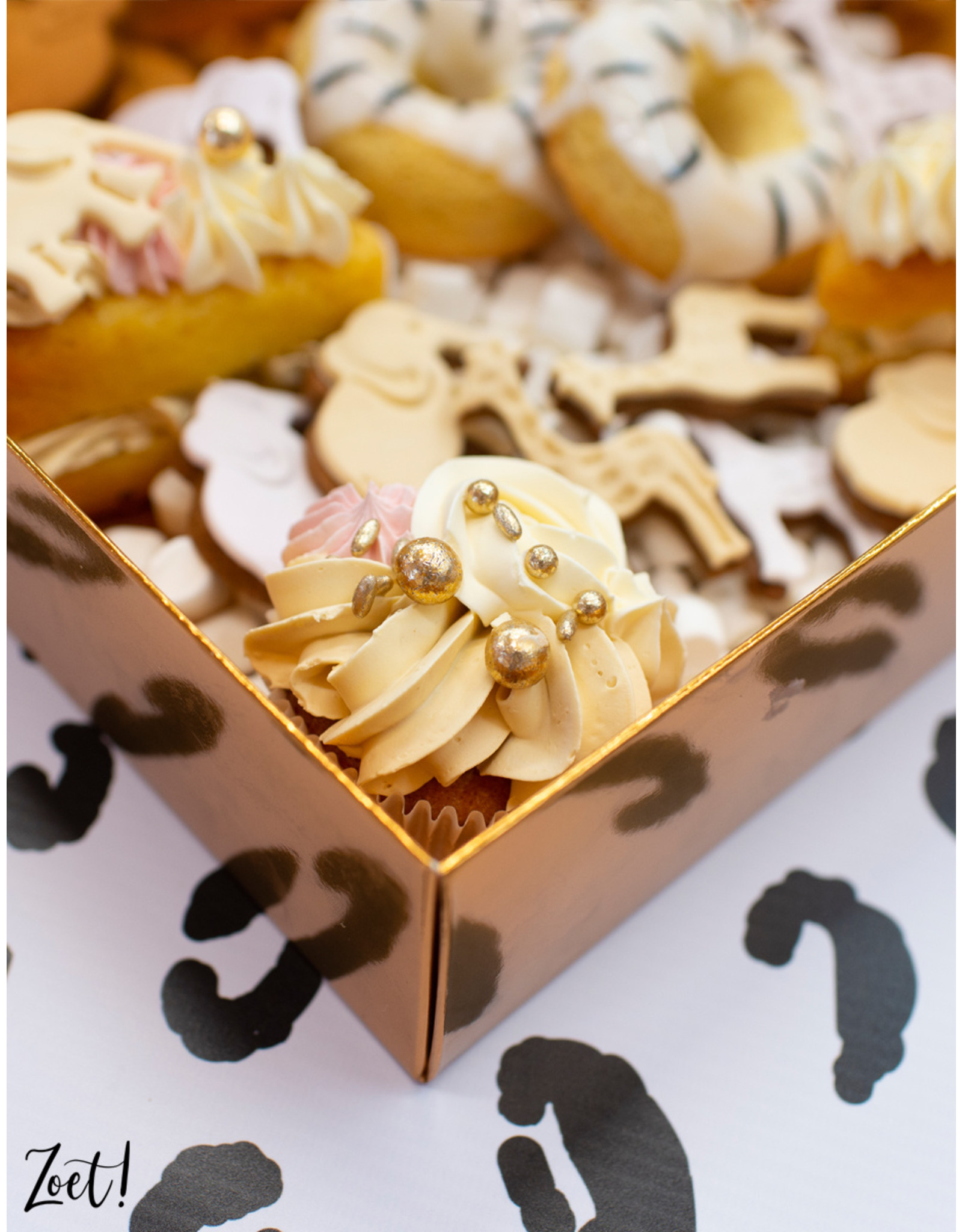 Gold sweets box with clear lid - 25 x 20 x 7 cm (per 50 pieces)