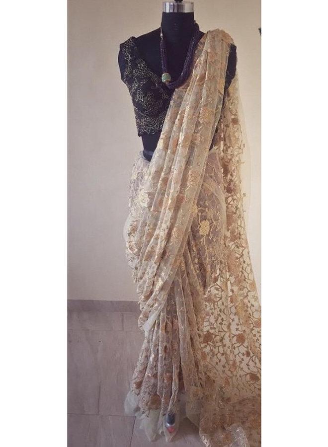 Weisser Hochzeitssari mit Blumen