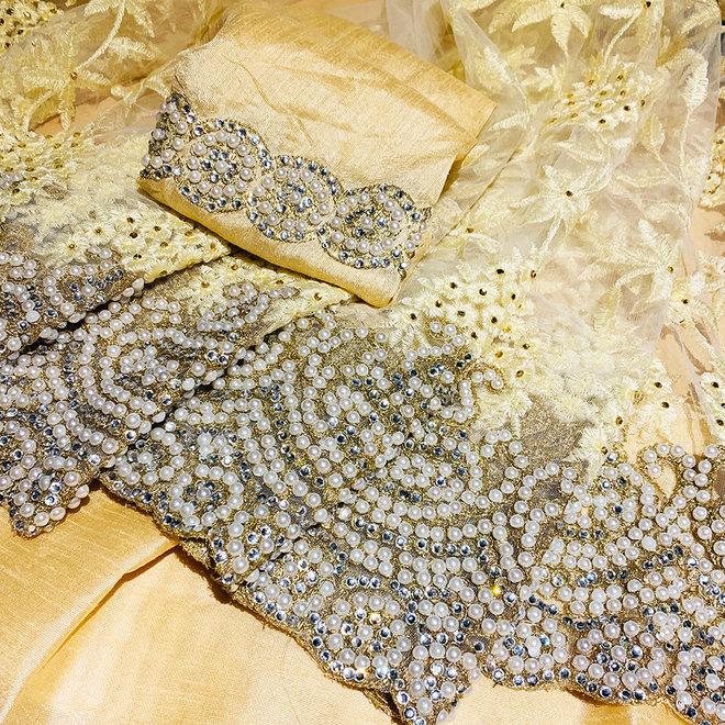 Weisser Hochzeitssari mit Perlen und Kristallsteinen