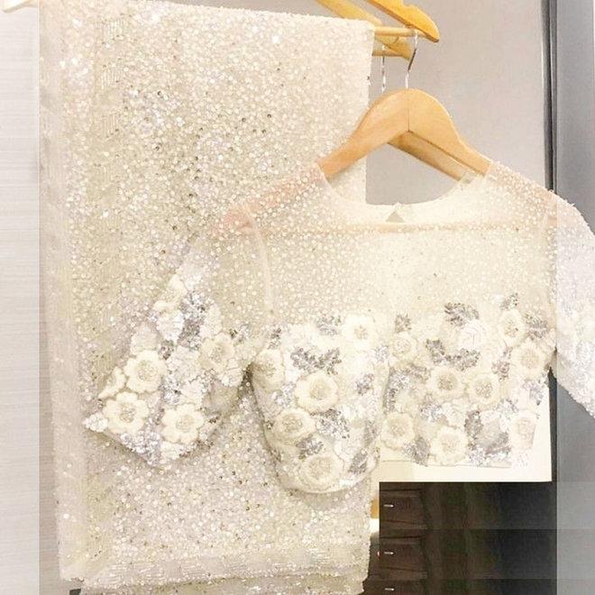 Weisser Hochzeitssari mit Pailletten in Silber