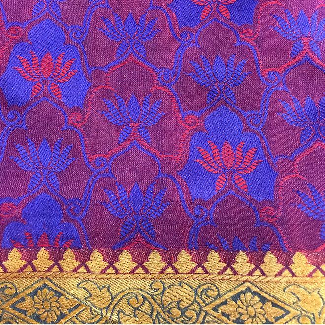 Sari Seide in Blau und Rot