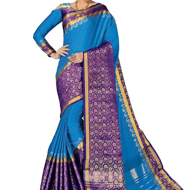 Sari Seide in Blau