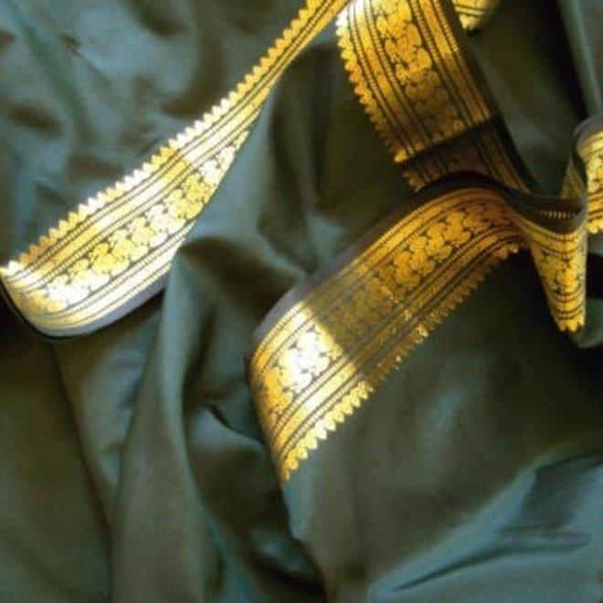 Sari Seidentaft in Flaschengrün mit goldener Borte