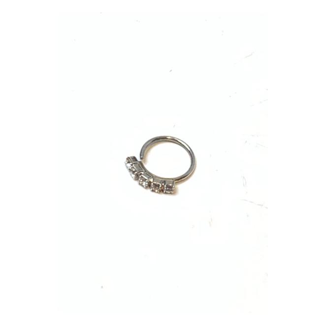 Septum Piercing mit Kristallsteinen besetzt