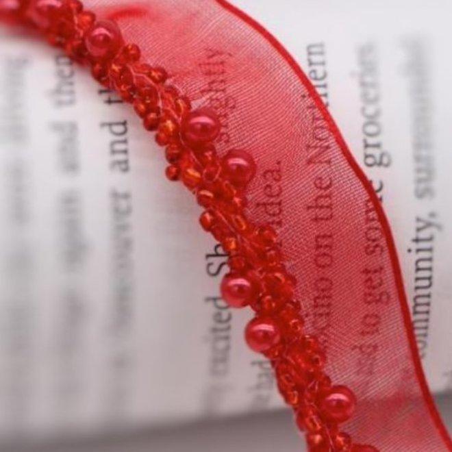 Borte mit roten Perlen