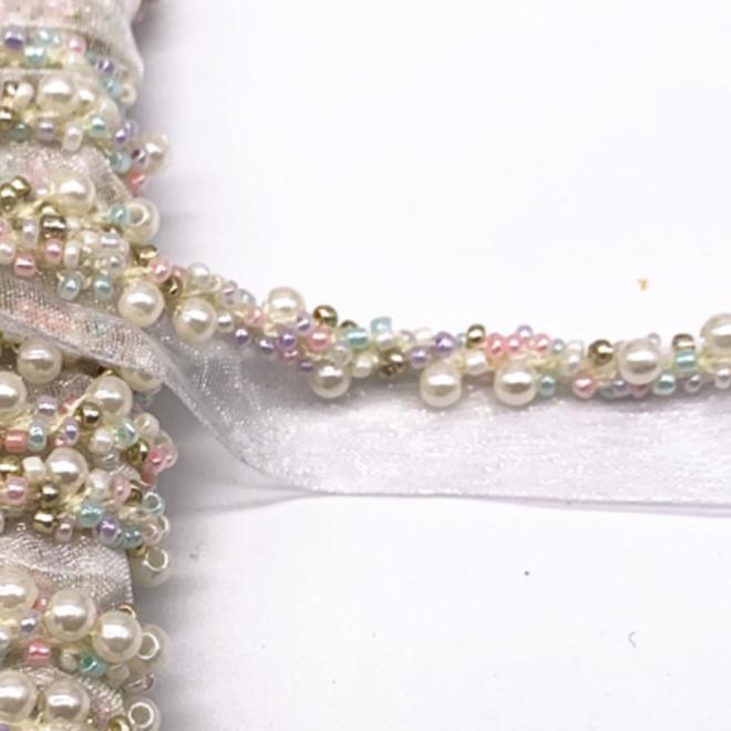 Borte mit cremefarbenen Perlen