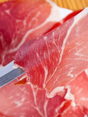 Service: Schinken mit Messer geschnitten