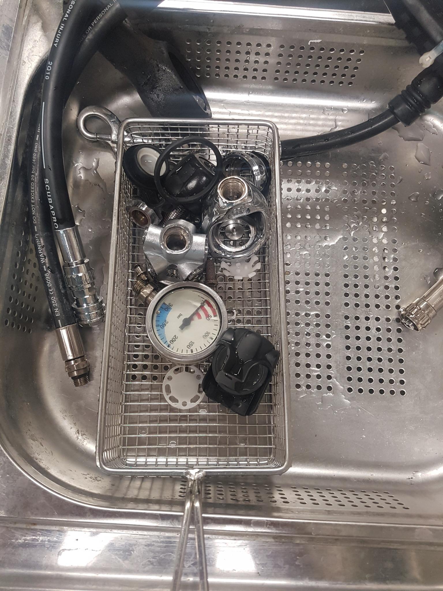 Adem automatenset tijdens onderhoud in ultrasoon bad