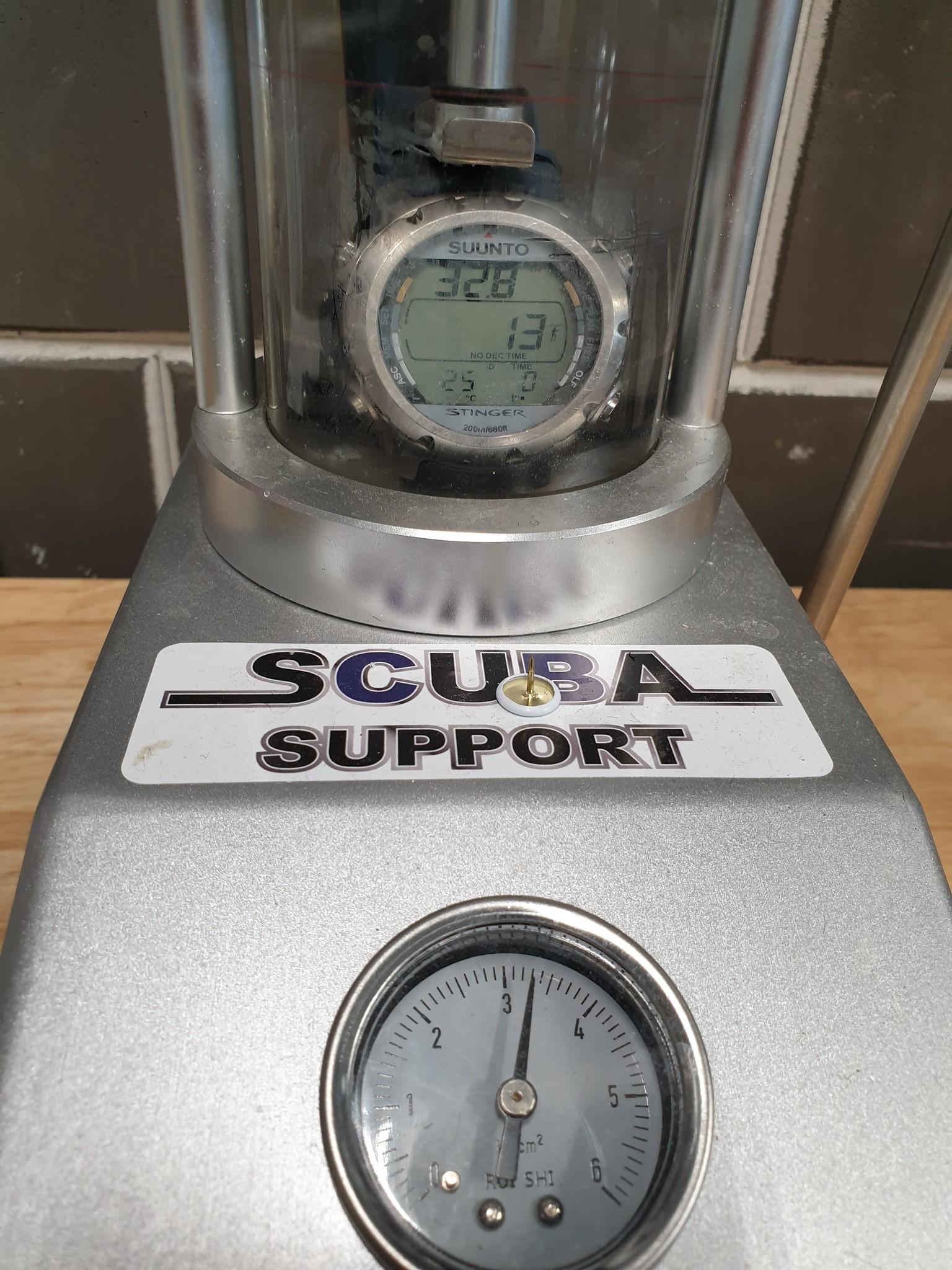 Duikhorloge druktest wordt uitgevoerd na het vervangen van de batterij