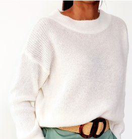 White feeling knitted sweater