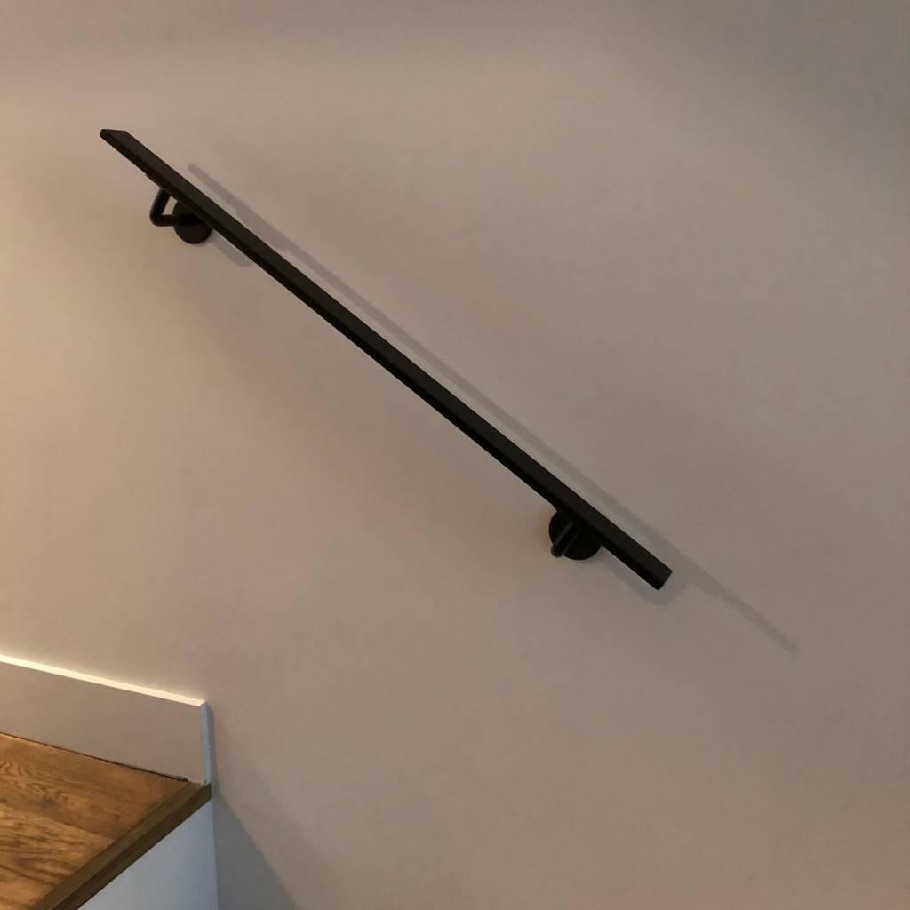 Trapleuning zwart gecoat vierkant 40*10 incl. drager TYPE 3 - zwarte poedercoating RAL 9005