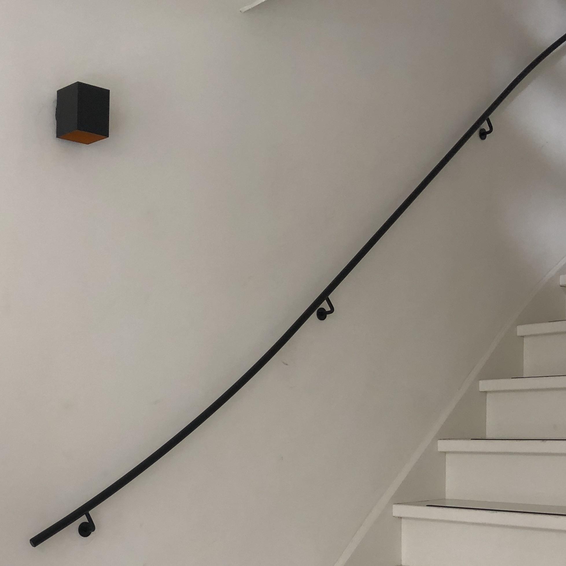 Smeedijzer trapleuning rond 20 mm massief - ZWART gecoat - Incl. dragers rond (blind) met rozet (rond) - VOLLEDIG GELAST - Gietijzeren leuning incl. dragers gelast & zwarte fijnstructuur poedercoating