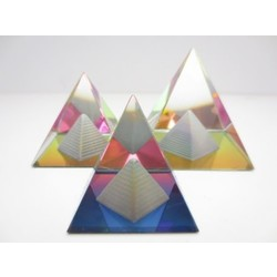 Kristallen piramide in piramide kleur