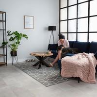 Ein industrieller Schrank für einen robusten Look im Wohnzimmer