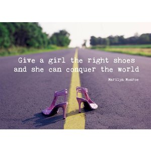 Kaart met spreuk - Give a girl the right shoes