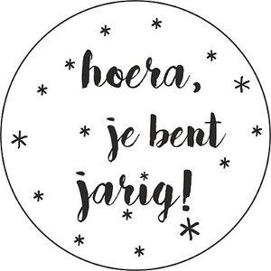 Ronde sticker 'Hoera je bent jarig' | eenbeetjegeluk.nl