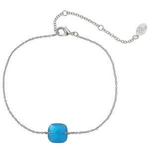 Fijn armbandje met een klein blauw vierkant steentje | eenbeetjegeluk.nl