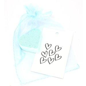 Hartjezeepje met een hartjes kaartje in een organza zakje | eenbeetjegeluk.nl