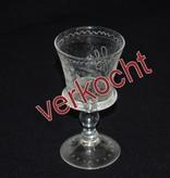 Oud glas met gegraveerde ornamenten