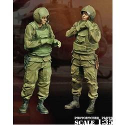 Us Helo Crew (1) Saddlin`Up - Scale 1/35 - Bravo 6 - B6-35096