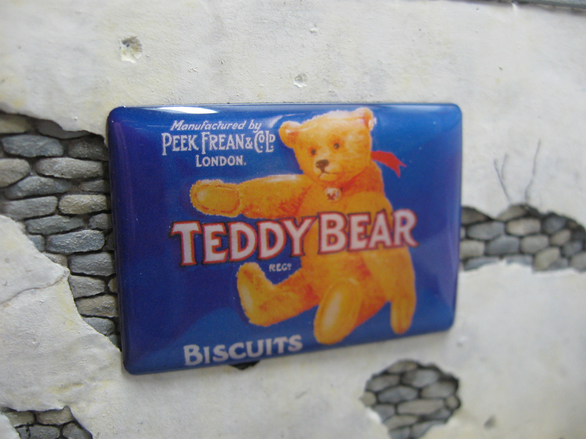 "Reality in Scale Real Enamel Sign ""Teddy Bear Biscuits"" - 49x34mm - Reality in Scale - RIS SIGN06"