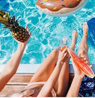 Onstpannen in Spanje aan het zwembad