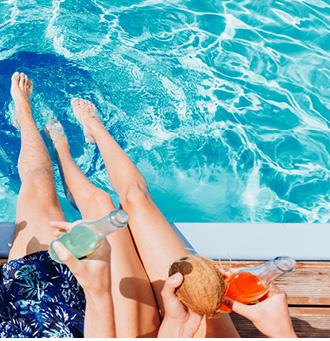 Samen onstpannen in Spanje aan het zwembad